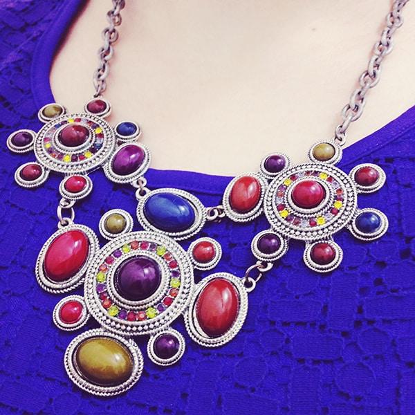 cor e textura dividindo a atenção com o colar